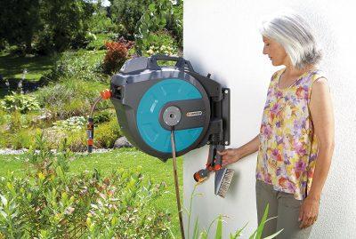 ältere Frau mit gardena schlauchbox